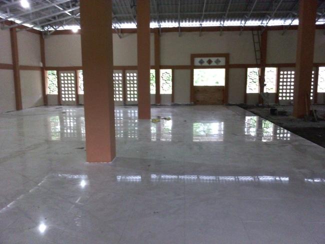 Tahap Pemasangan Tehel Masjid Ali bin Humaid Ad-Dir'iy, Pinrang