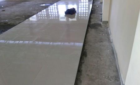 Tahap Pemasangan Tehel Masjid Ali bin Humaid Ad-Dir'iy di Pinrang