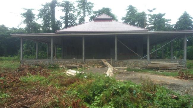 Pemasangan pengacian Masjid Pasang kayu