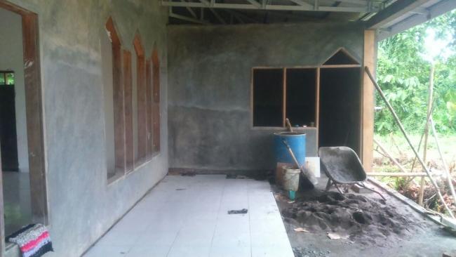 Pemasangan tehel dan pengacian teras Masjid Pasang kayu
